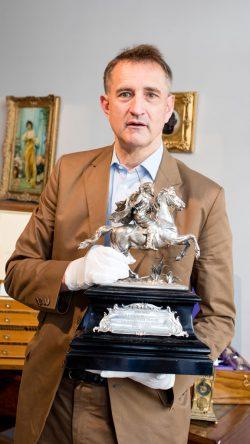 Stephan Andréewitch mit Tafelaufsatz aus Silber